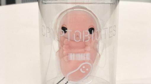 遂に「クリプトビオシス」がグッズ化!? 小島秀夫氏、「デススト」新作アイテムの画像を公開1/1スケール「BBポッド」の登場にも期待