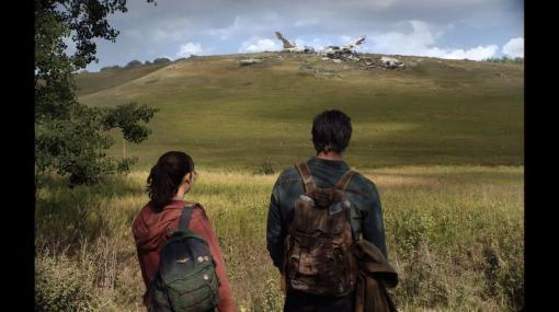 実写ドラマ版『The Last of Us』の公式ビジュアルが初公開。原作の雰囲気を忠実に再現したジョエルとエリーの後ろ姿がTwitterでお披露目